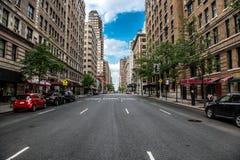 Leere Straße New York City Manhattan an der Stadtmitte am sonnigen Tag Lizenzfreies Stockfoto