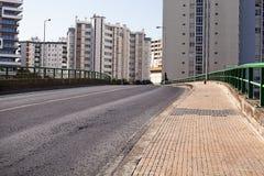 Leere Straßenstraße in der Stadt mit Haus Lizenzfreies Stockfoto