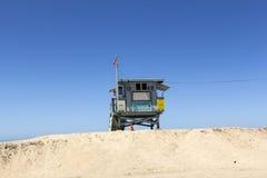 Leere Strandhütte am leeren schönen Strand in Redondo Beach Stockbild