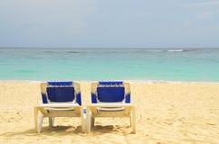 Leere Strandstühle Stockfotos