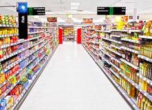 Leere Supermarkteinkaufeninsel Stockfotos