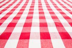 Leere Tabelle abgedeckt durch rote Ginghamtischdecke Stockbild