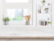 Leere Tabelle auf unscharfem Hintergrund des Küchenfensters und -regale Lizenzfreie Stockbilder