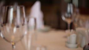 Leere Tabelle der Gläser im Restaurant stock video