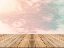 Leere Tabelle des hölzernen Brettes der Weinlese vor Himmelhintergrund pro Stockbilder