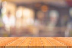 Leere Tabelle des hölzernen Brettes vor unscharfem Hintergrund Perspec Lizenzfreies Stockfoto