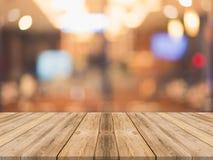 Leere Tabelle des hölzernen Brettes vor unscharfem Hintergrund Perspec Lizenzfreies Stockbild