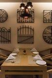 Leere Tabelle an einem Restaurant lizenzfreie stockbilder
