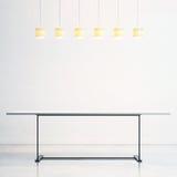 Leere Tabelle und Lampen Stockfotografie