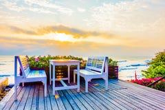Leere Tabelle und Stuhl Lizenzfreie Stockbilder