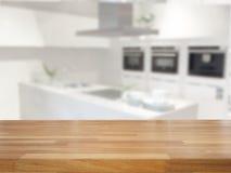 Leere Tabelle und unscharfer Küchenhintergrund Stockbilder