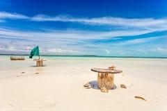 Leere Tabellen auf Strand Stockfoto