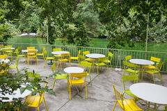 Leere Tabellen auf Terrasse in Flussbank Lizenzfreie Stockfotografie