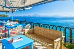 Leere Tabellen im Café mit schöner Ansicht Stockfotos
