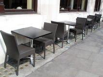 Leere Tabellen und Stühle Stockbild