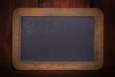 Leere Tafel auf hölzernem Hintergrund Stockfotos