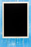 Leere Tafel auf Holztisch Schablonenspott oben für das Addieren Sie Lizenzfreie Stockfotografie