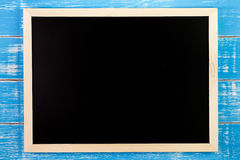 Leere Tafel auf Holztisch Schablonenspott oben für das Addieren Sie Lizenzfreies Stockfoto