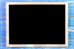 Leere Tafel auf Holztisch Schablonenspott oben für das Addieren Sie Lizenzfreies Stockbild
