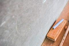 Leere Tafel mit weißer Kreide und Radiergummi Stockbilder