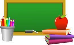 Leere Tafel mit Zeichenstiften Apple und Büchern Stockfotos