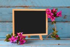 Leere Tafel nahe bei schönem purpurrotem Mittelmeersommer blüht Weinlese gefiltert Kopieren Sie Platz Lizenzfreies Stockfoto