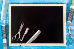 Leere Tafel und Scherenfriseur stellten mit verschiedenen acces ein Stockbilder
