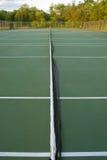 Leere Tennisgerichte, Weitwinkel von der Mitte Stockbild