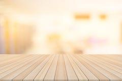 Leere Tischplatte auf unscharfem Hintergrund Lizenzfreie Stockbilder