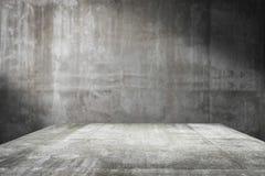 Leere Tischplatte bereit zur Produktanzeigenmontage; Zementtabelle und grauer Zementhintergrund Stockfotos