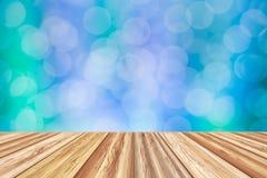 Leere Tischplatte des hölzernen Brettes mit unscharfem bokeh Hintergrund Stockbilder
