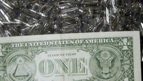 Leere transparente Gelatinekapseln und Geld Medizin- und Finanzkonzept stock video