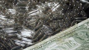 Leere transparente Gelatinekapseln und Geld Medizin- und Finanzkonzept stock footage