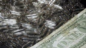 Leere transparente Gelatinekapseln und Geld Medizin- und Finanzkonzept stock video footage