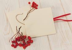 Leere Umschläge mit roter Eberesche und Streifen Weiße hölzerne Tabelle Raum für Text Stockfotos