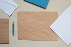 Leere Umschläge und Blätter Papier auf dem Tisch Stockfoto