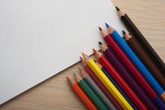 Leere und farbige Bleistifte Lizenzfreie Stockfotos
