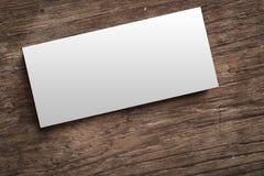 Leere Unternehmensidentitä5 auf hölzernem Hintergrund Beschneidungspfad inclu stockfotografie