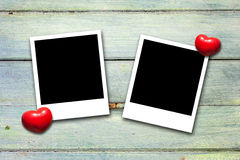 Leere Valentinsgrußfotorahmen auf Holz Stockbilder