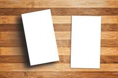 Leere vertikale Visitenkarten auf Holztisch Lizenzfreies Stockfoto