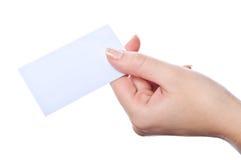 Leere Visitenkarte in der Hand der Frau stockbild
