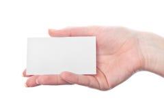 Leere Visitenkarte in der Hand der Frau stockfotografie