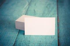 Leere Visitenkarten auf blauem Holztisch Lizenzfreies Stockfoto