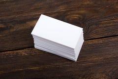 Leere Visitenkarten auf dem Holztisch E Beschneidungspfad eingeschlossen Lizenzfreie Stockfotos