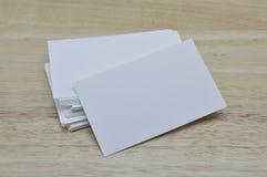 Leere Visitenkarten auf Holztisch Stockfoto