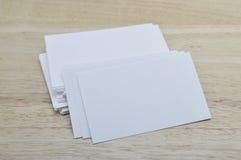 Leere Visitenkarten auf Holztisch Lizenzfreie Stockbilder