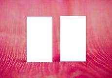 Leere Visitenkarten auf rotem Holz Stockbilder