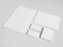 Leere Visitenkarten mit einem Stapel von Papieren und stockfoto