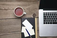Leere Visitenkarten mit Stift, Laptop und Teeschale Stockfotos