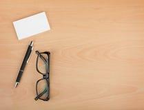Leere Visitenkarten mit Stift und Gläsern Lizenzfreie Stockfotografie